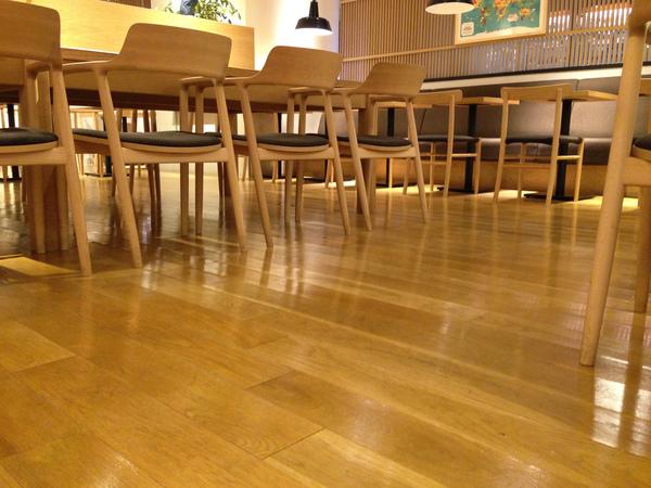 「ウルトラフロアケア」で素敵なカフェのフローリングも長期間キレイに管理